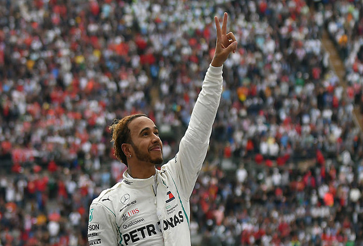 Lewis Hamilton, garaipenaren keinua egiten, herenegun, Mexikoko Sari Nagusia amaitu berritan. ©MIGUEL SIERRA / EFE