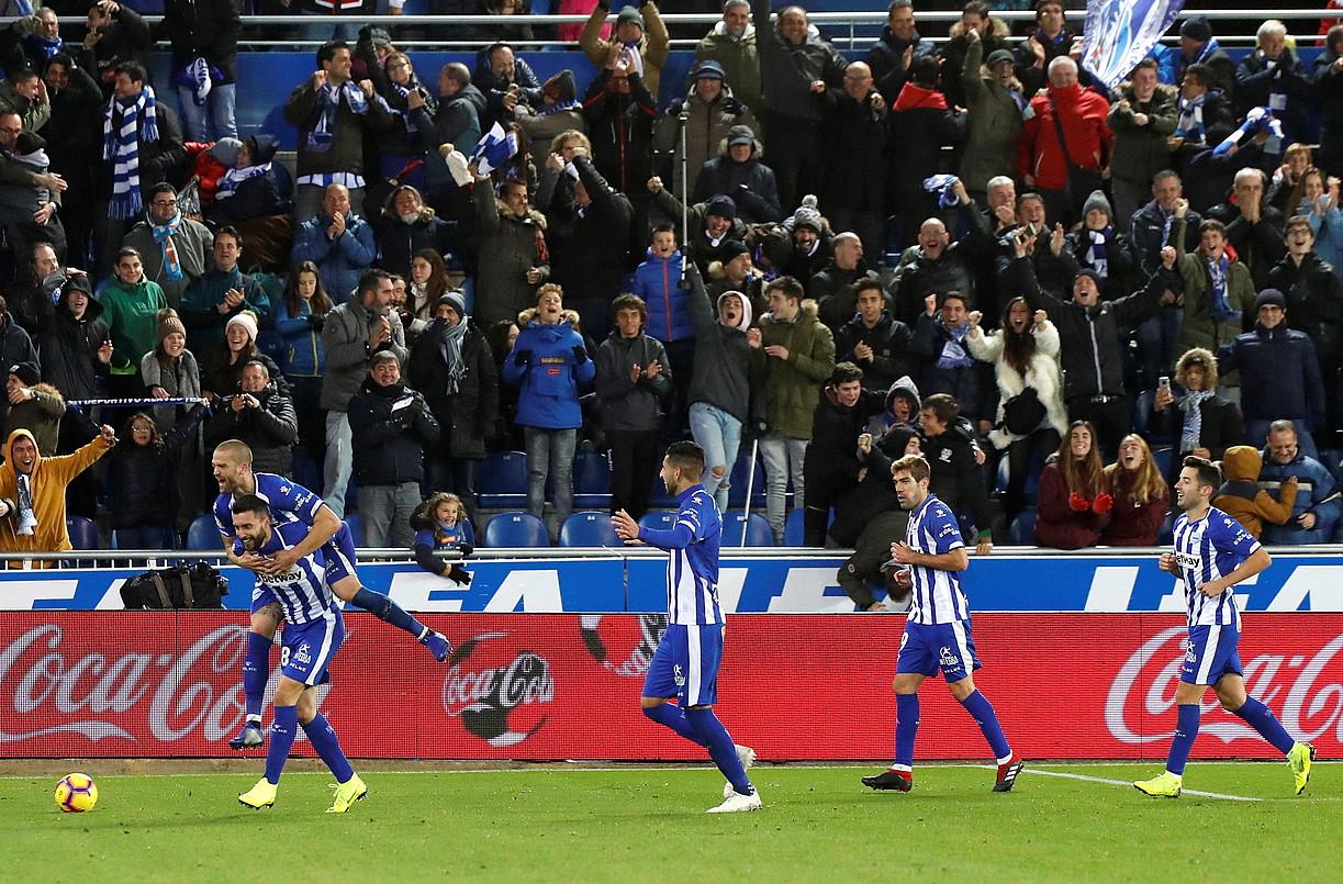 Alaveseko jokalariak, Borja Baston zoriontzen, aurrelariak Vila-realen aurka garaipenaren gola sartu berritan. ©ADRIAN RUIZ DE HIERRO / EFE