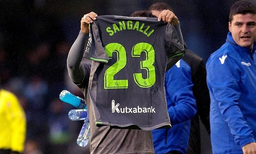 Juanmi, Luca Sangalliri berdinketaren gola eskaintzen. Ospitalean da Sangalli, iktus bat izan ondoren. ©SALVADOR SAS / EFE