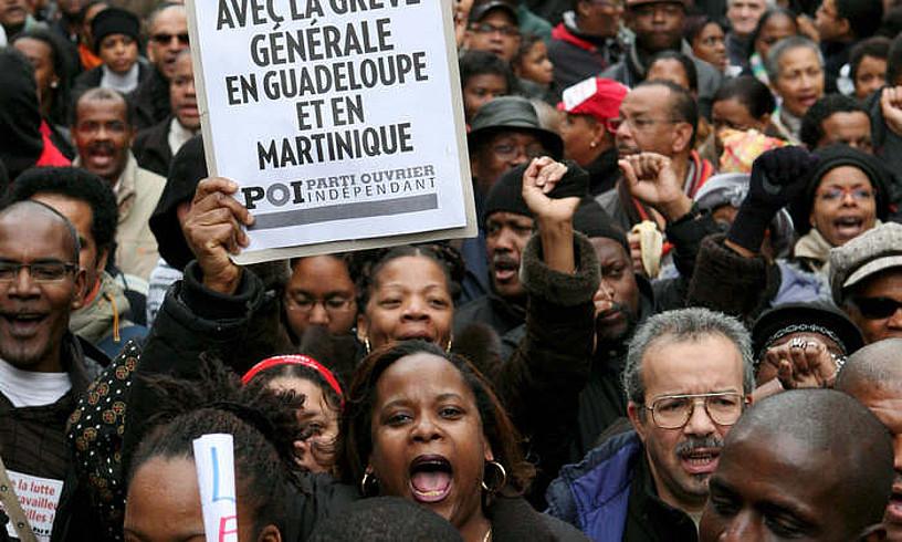 Guadalupen eta Martinikan egindako grebaren aldeko ekitaldia, Parisen, 2009an. ©EFE / LUCAS DOLEGA