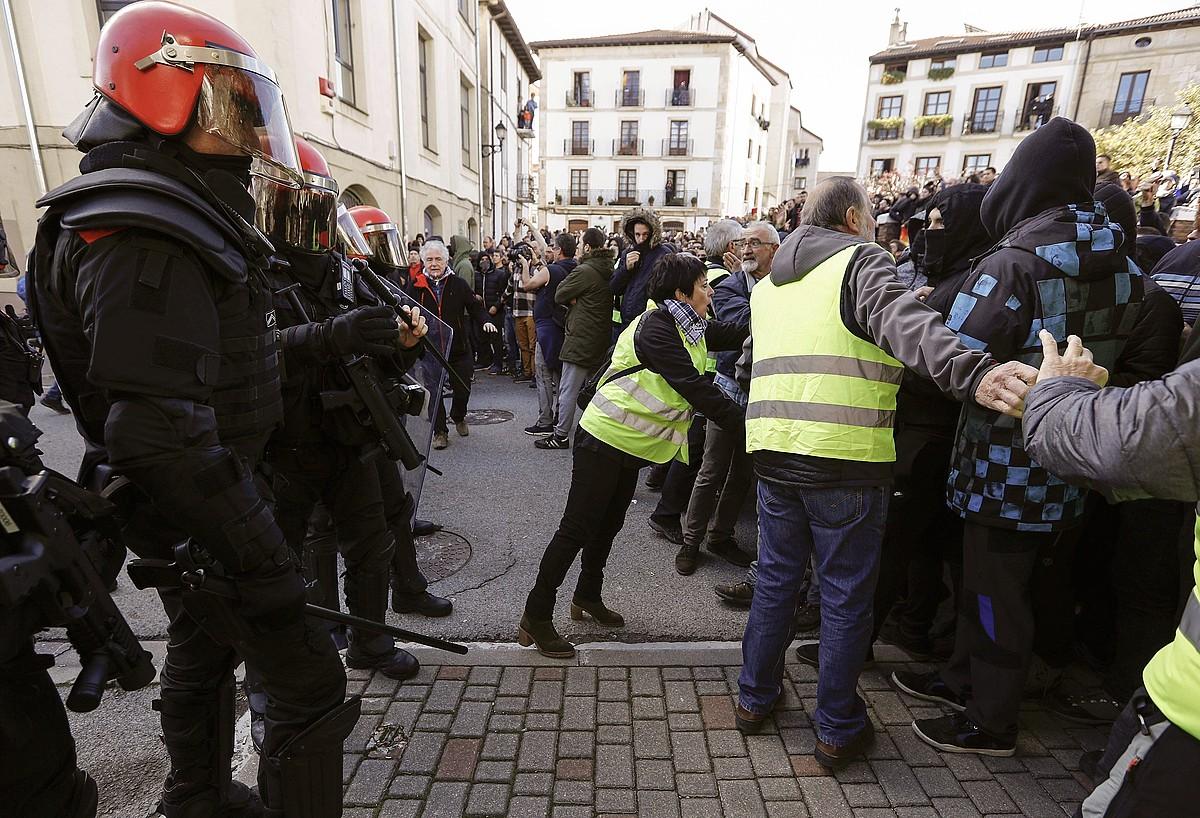 Foruzainak eta herritar talde bat, Guardia Zibilaren aldeko ekitaldikoak eta protestara joandakoak banatzen. ©V. LOPEZ / EFE
