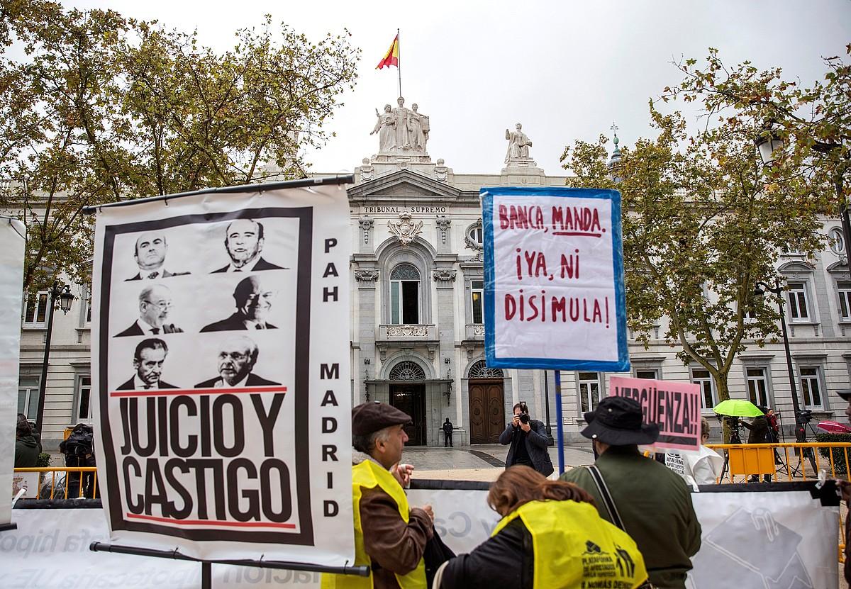Espainiako Auztegi Goreneko aurrealdean protesta bat egiten, atzo. ©RODRIGO JIMENEZ / EFE