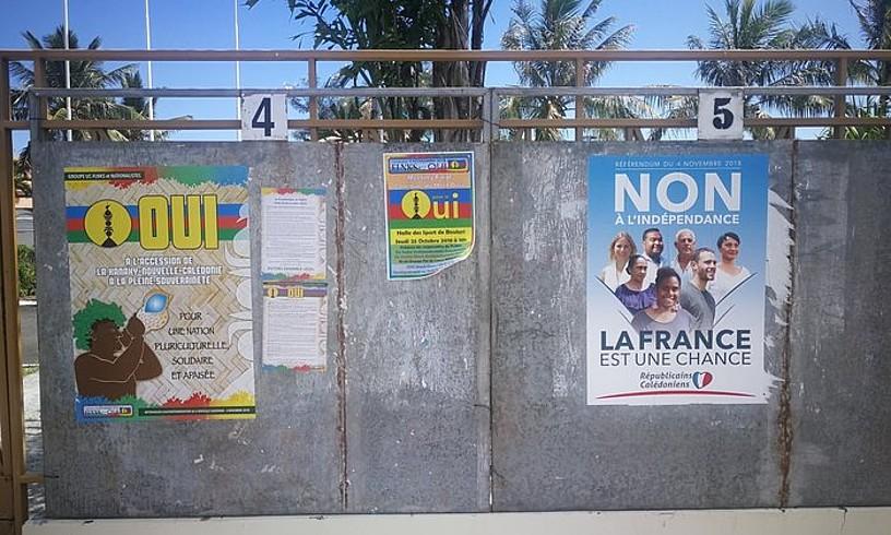 Kaledonia Berriaren independentziaren aldeko kartel bat eta aurkako bat. Baiezkoak botoen %43,3 lortu zituen herenegun, eta ezezkoak, %56,7. ©ANC LATVIJA