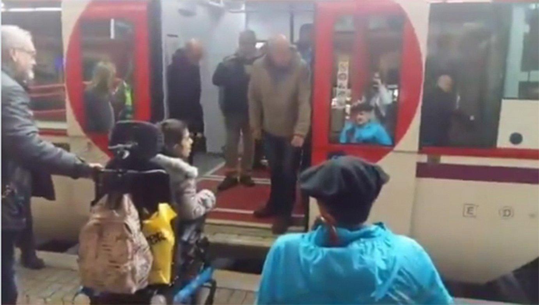 Maier King eta haren kideak, Donostiako geltokian. Irudian ikus daiteke treneko plataforma ez dela lurrera iristen. Eskuineko argazkian, King. ©J. C. RUIZ / FOKU