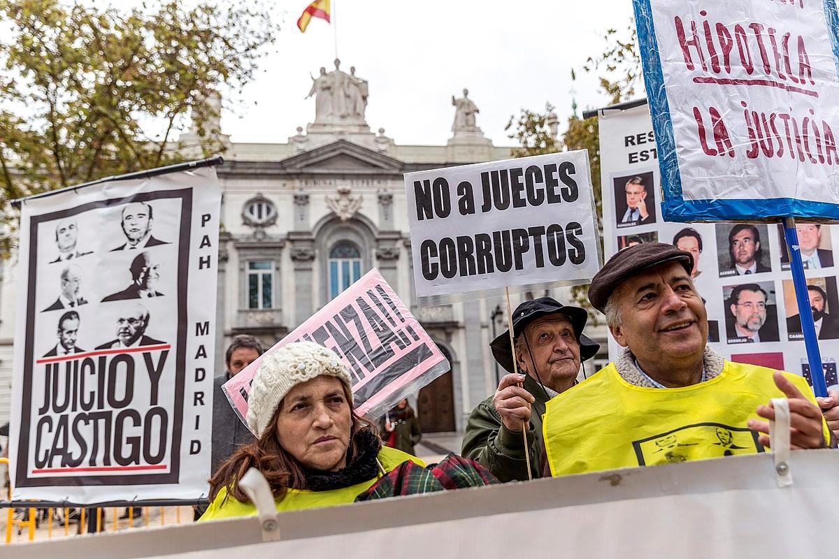 Hipoteka zergari buruzko eskandaluaren inguruko protesta bat, atzo, Madrilen, Gorenaren aurrean. ©RODRIGO JIMENEZ / EFE