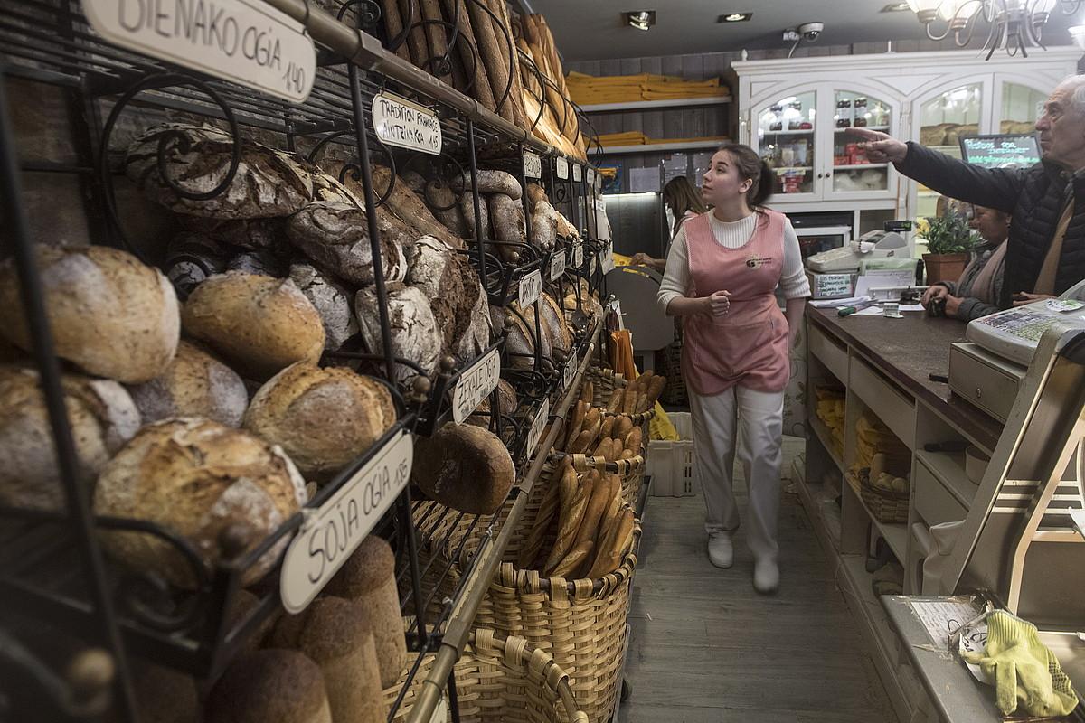 <b>Galparsoro. </b>Hainbat eratako ogiak egin eta saltzen dituzte Donostiako Galparsoro okindegian.