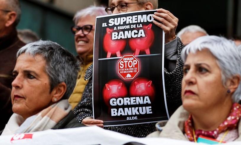 Protesta bat, atzo, Donostian, Espainiako Auzitegi Gorenak hipoteken zergaz hartutako erabakiaren inguruan.