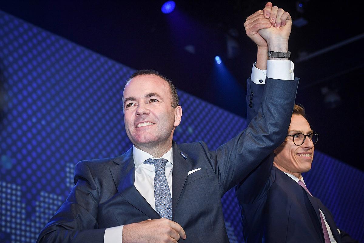 Manfred Weber Europako Batzordeko presidentetzarako EPPren hautagaia izango dena, Alexander Stubbi bostekoa ematen, atzo, Helsinkin. ©KIMMO BRANDT / EFE