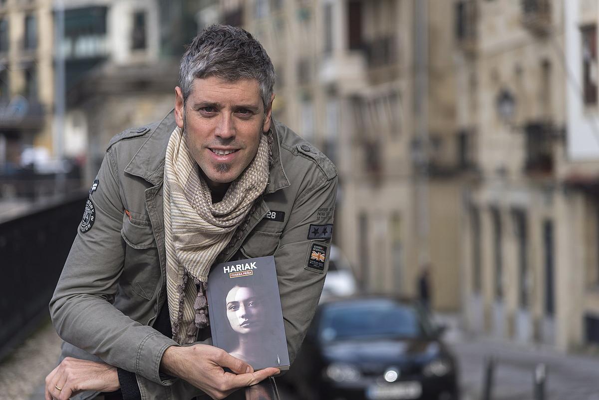 Yoseba Peña, <em>Hariak</em> bere bigarren nobela aurkeztu zuen egunean, Donostian.