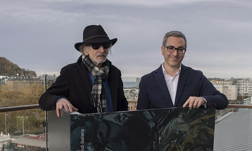 Juan Luis Goenaga margolaria eta Mikel Lertxundi Galiana arte historialaria, atzo, Donostian. ©JUAN CARLOS RUIZ / FOKU