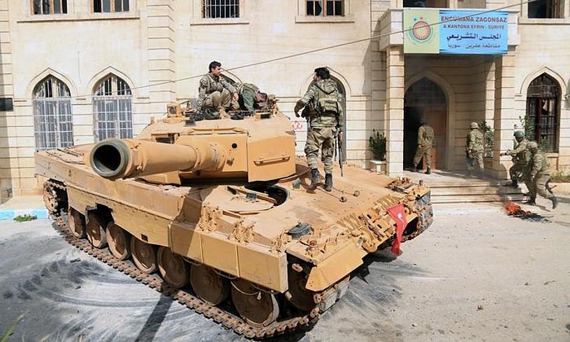 Turkiako soldaduak Afrin hirian, joan den martxoaren 18an, inbasioa bukatu zuten egunean. ©AREF TAMMAWI / EFE