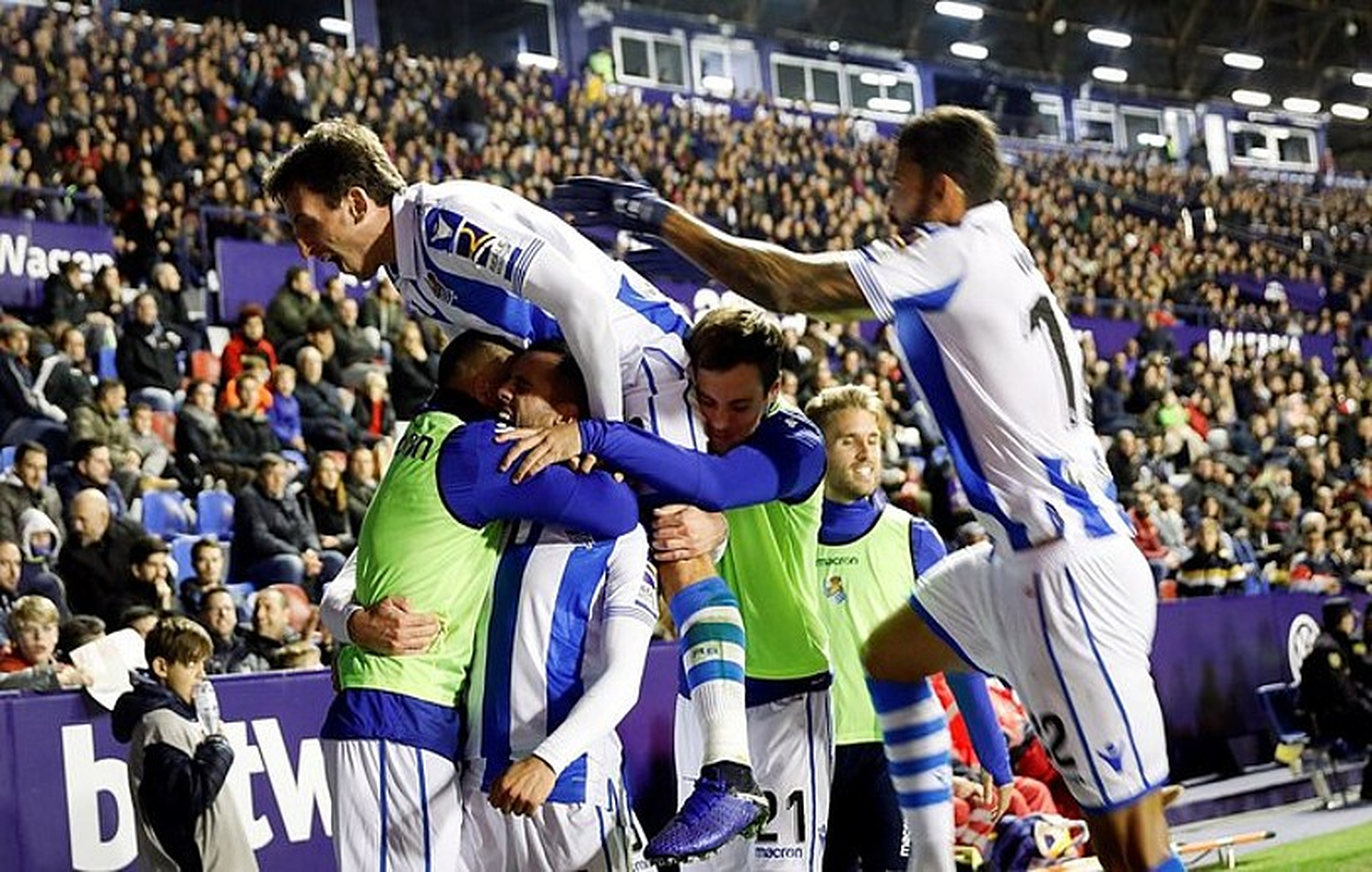 Realeko jokalariak elkar besarkatuta, atzoko partidan sarturiko bigarren gola ospatzen. ©KAI FOSTERLING / EFE
