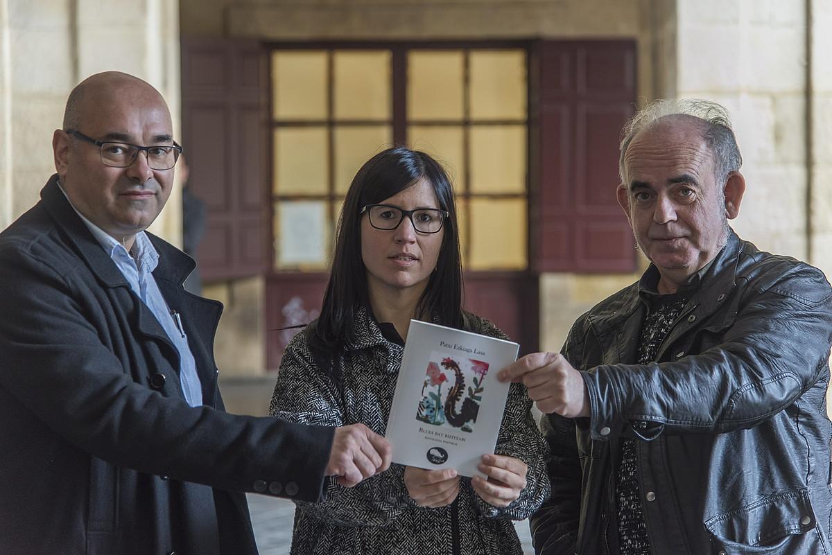 Pello Otxoteko, Zelai Amenabarro eta Felipe Juaristi, atzo, liburua aurkeztu aurretik, Donostian. ©ANDONI CANELLADA / FOKU
