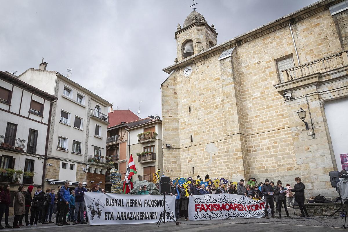 Antifaxisten agerraldia, atzo, Altsasuko elizaren aurrean. ©ENDIKA PORTILLO / FOKU