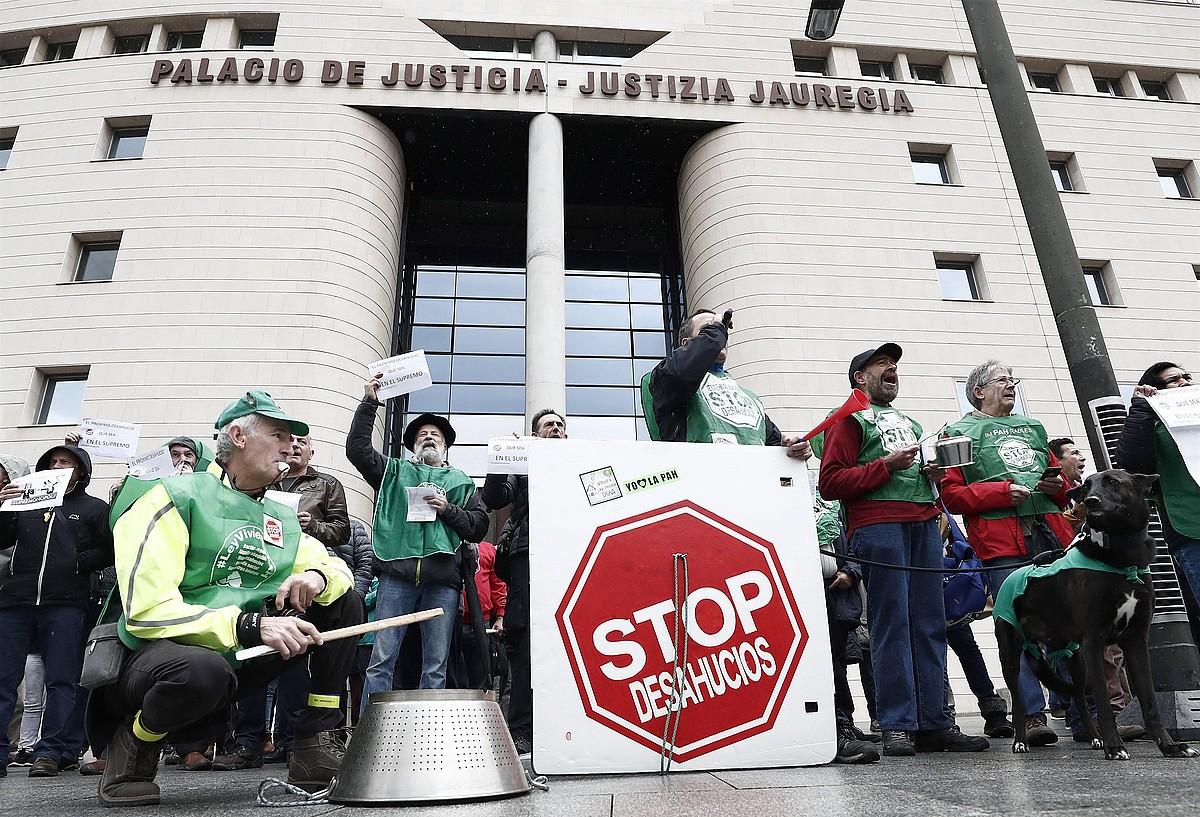 Protesta Nafarroako Justizia Jauregian, atzo. ©JESUS DIGES / EFE