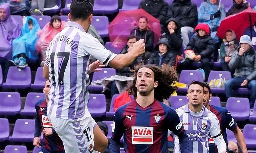 <b>Javi Moyano Valladolidekoa eta Marc Cucurella Eibarrekoa, lehian.</b> &copy;R. GARCIA / EFE
