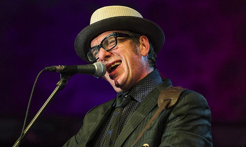Costello 2010. urtean Donostiako Jazzaldian eman zuen kontzertuan, Trinitate plazan. ©JON URBE / FOKU