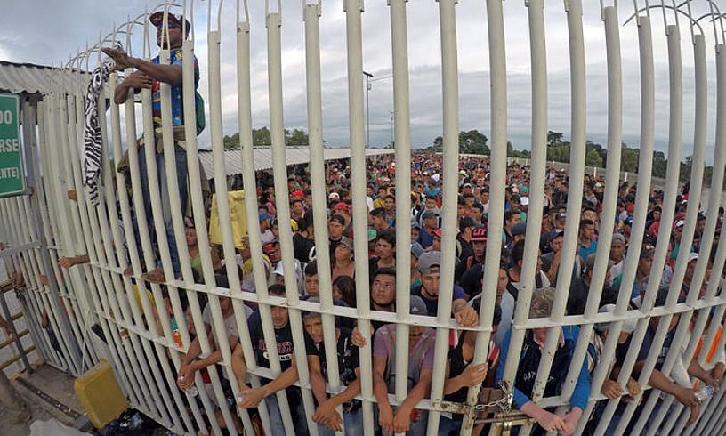 <b>Muga.</b> Hondurastarrak, Guatemalatik Mexikorako mugan, zain, urriaren 19an. ©MAR�A DE LA LUZ ASCENCIO / EFE
