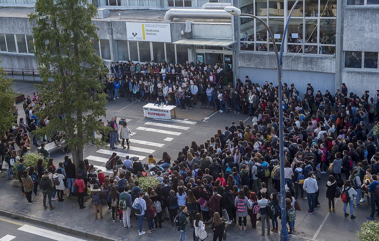 Ikasleek protesta handi bat egin zuten martxoan, erasoa gaitzesteko. ©L.J. / FOKU
