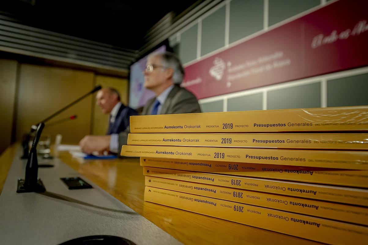 Ramiro Gonzalez Arabako ahaldun nagusia eta Jose Luis Cimiano Ogasun diputatua, atzo, Gasteizen. ©JAIZKI FONTANEDA / FOKU