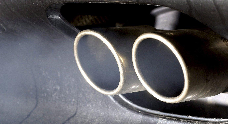 Diesel automobil baten ihes hodiak kea botatzen. ©OLIVER WEIKEN / EFE