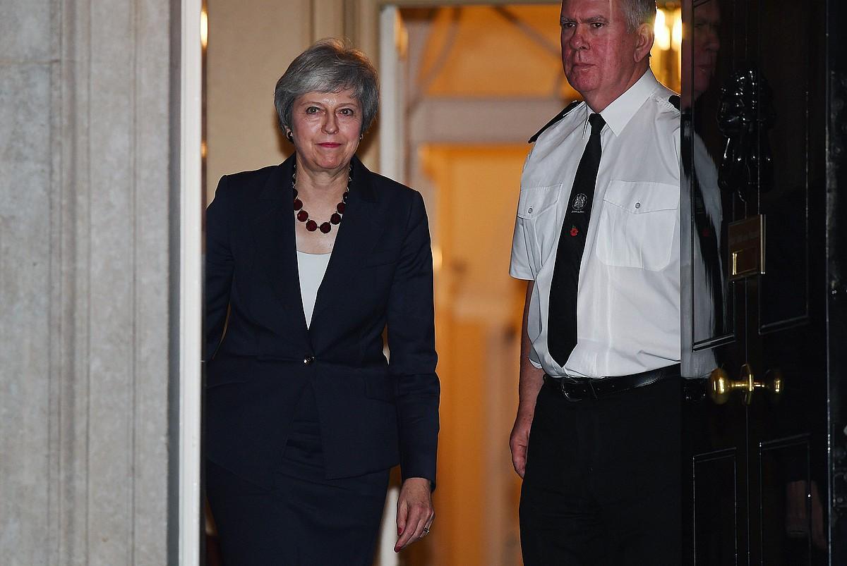Theresa May Erresuma Batuko lehen ministroa Downing Streeteko 10. zenbakitik ateratzen prentsaurrekoa emateko, atzo iluntzean. ©ANDY RAIN / EFE