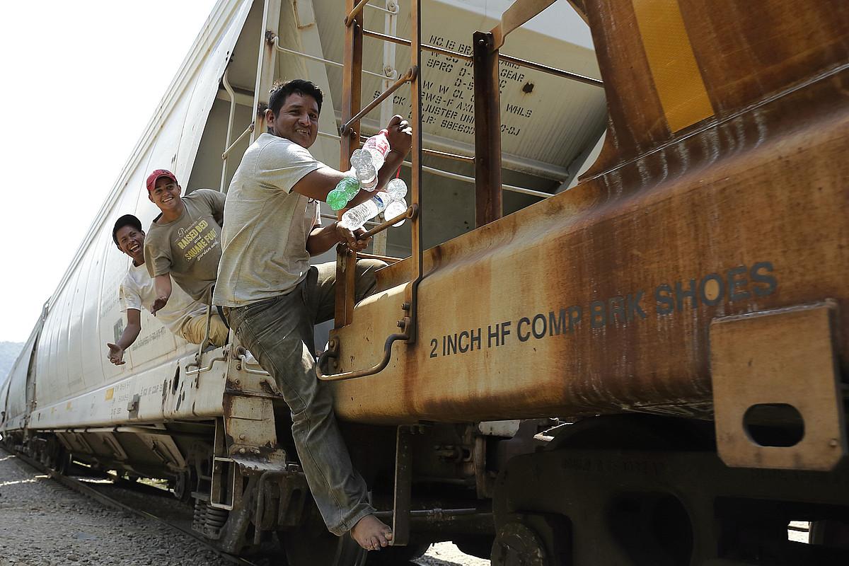 Hiru migratzaile 'La Bestia' trenera igota Mexikoko Veracruz estatuan, joan den urteko ekainean. ©JOSE MENDEZ / EFE