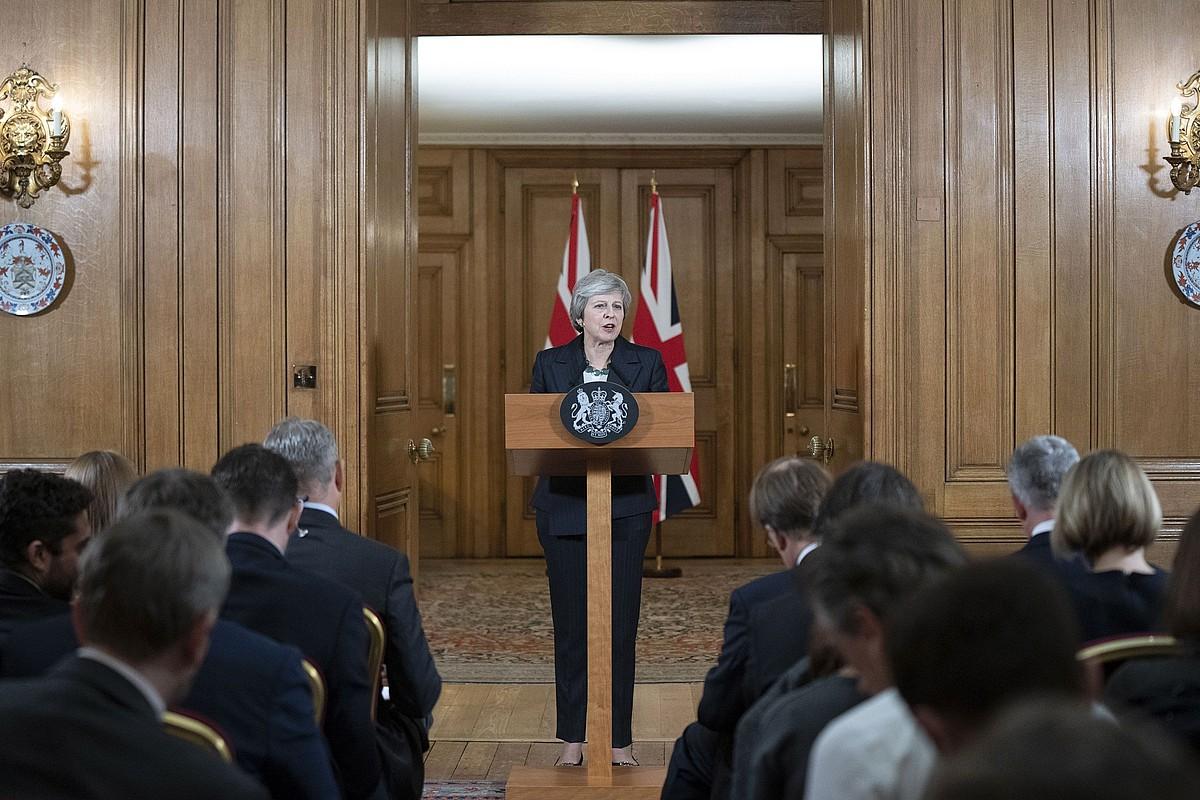 Theresa May Erresuma Batuko lehen ministroa kazetarien aurrean azalpenak ematen atzo, Downing Streeteko 10. zenbakian ©DAVID LEVENSON / EFE