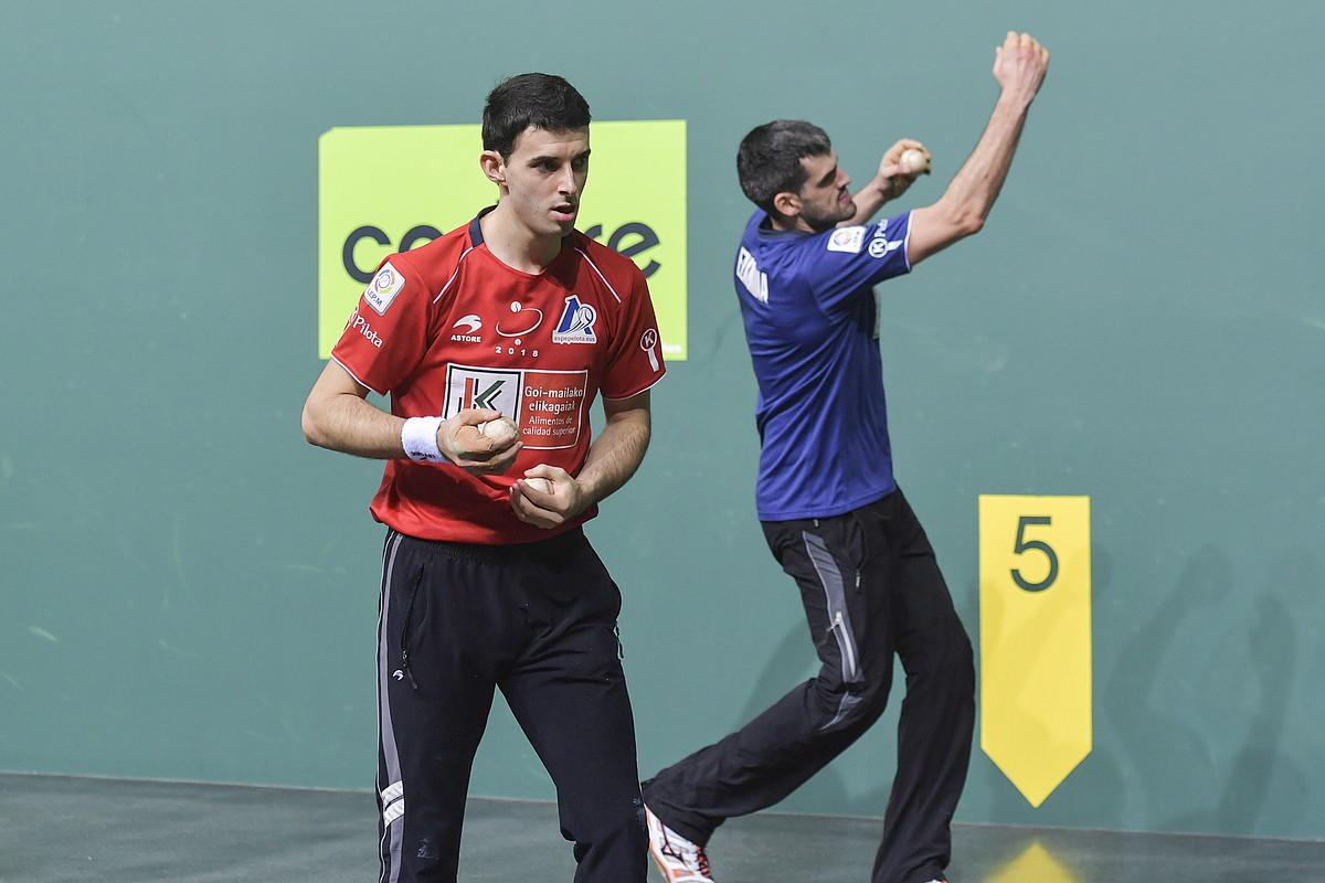 Jokin Altuna eta Joseba Ezkurdia,igandeko finalerako aukeratutakopilotekin, atzo, Nafarroa Arenan. ©IDOIA ZABALETA / FOKU
