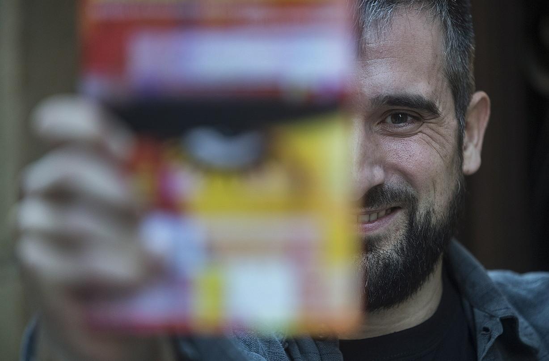 Ion Olano itzultzailea, <em>Laranja mekanikoa</em> liburua eskuan, atzo, Donostian.