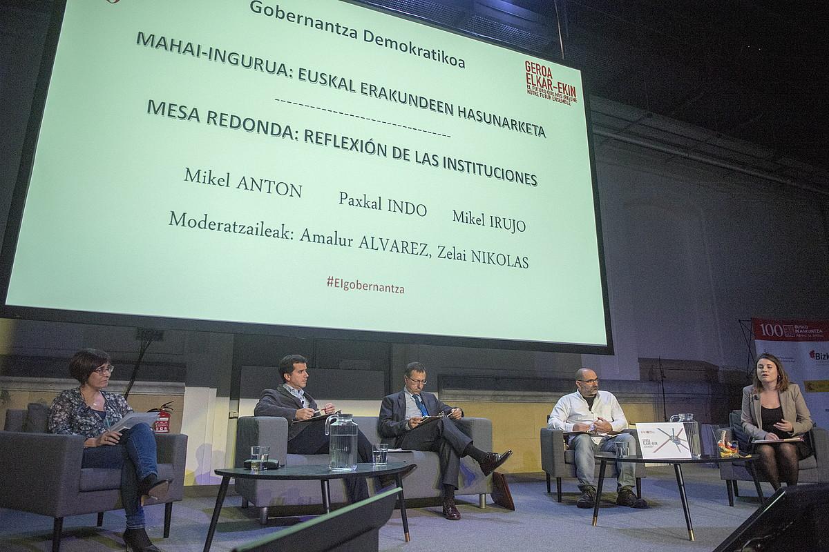 Zelai Nikolas, Mikel Irujo, Mikel Anton, Paxkal Indo eta Amalur Alvarez, Eusko Ikaskuntzaren mintegian, atzo. ©G.RUBIO / FOKU