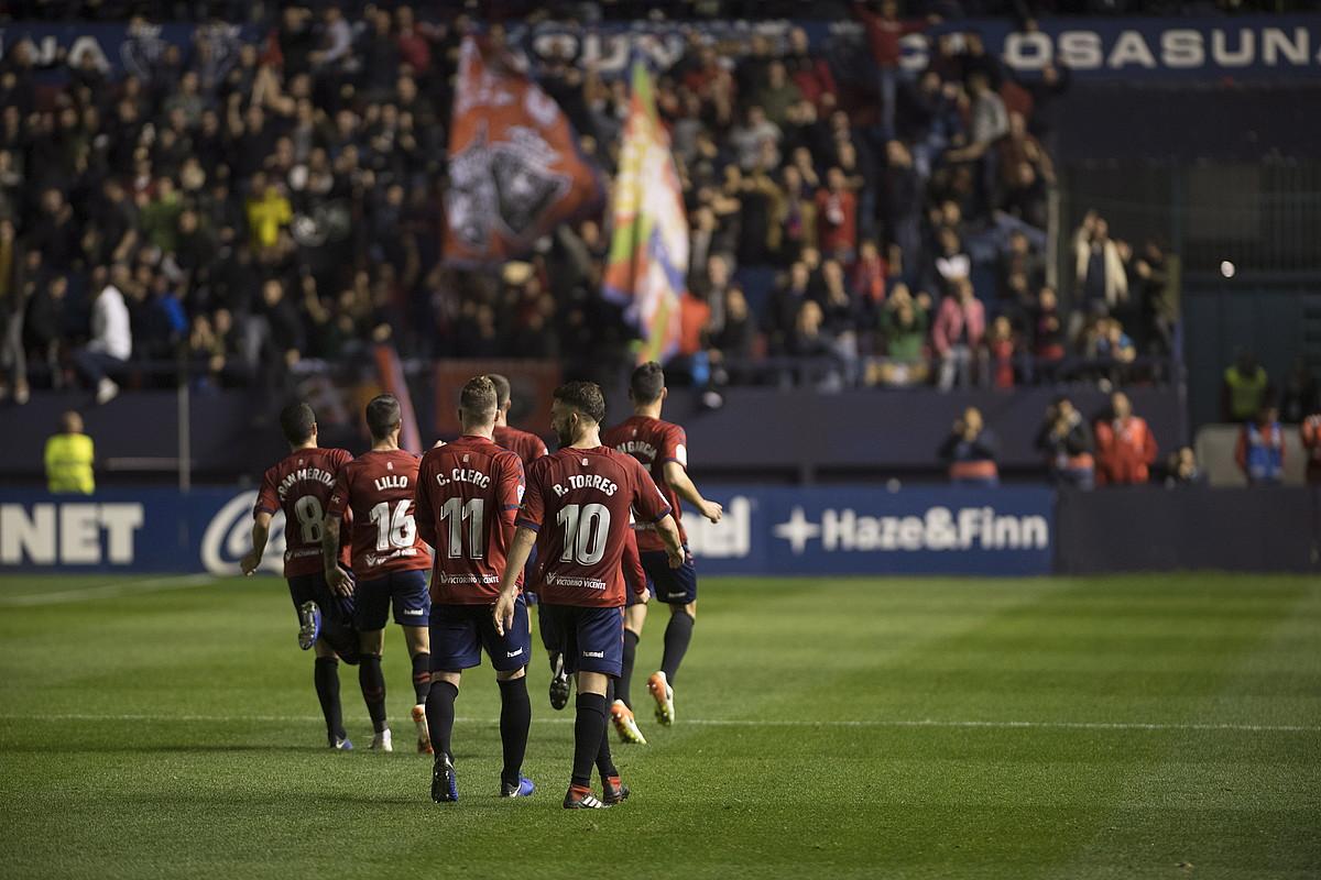 Osasunako jokalariak, beren zelaira itzultzen, atzoko partidako bigarren gola ospatu ondoren. ©JAGOBA MANTEROLA / FOKU