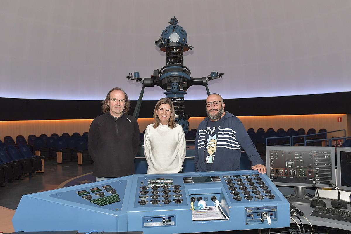 Fernando Jauregi, Nieves Gordon eta Javier Armentia, Iruñeko Planetarioko langileak, kupulan, izar proiektorea atzean dutela. ©IDOIA ZABALETA / FOKU