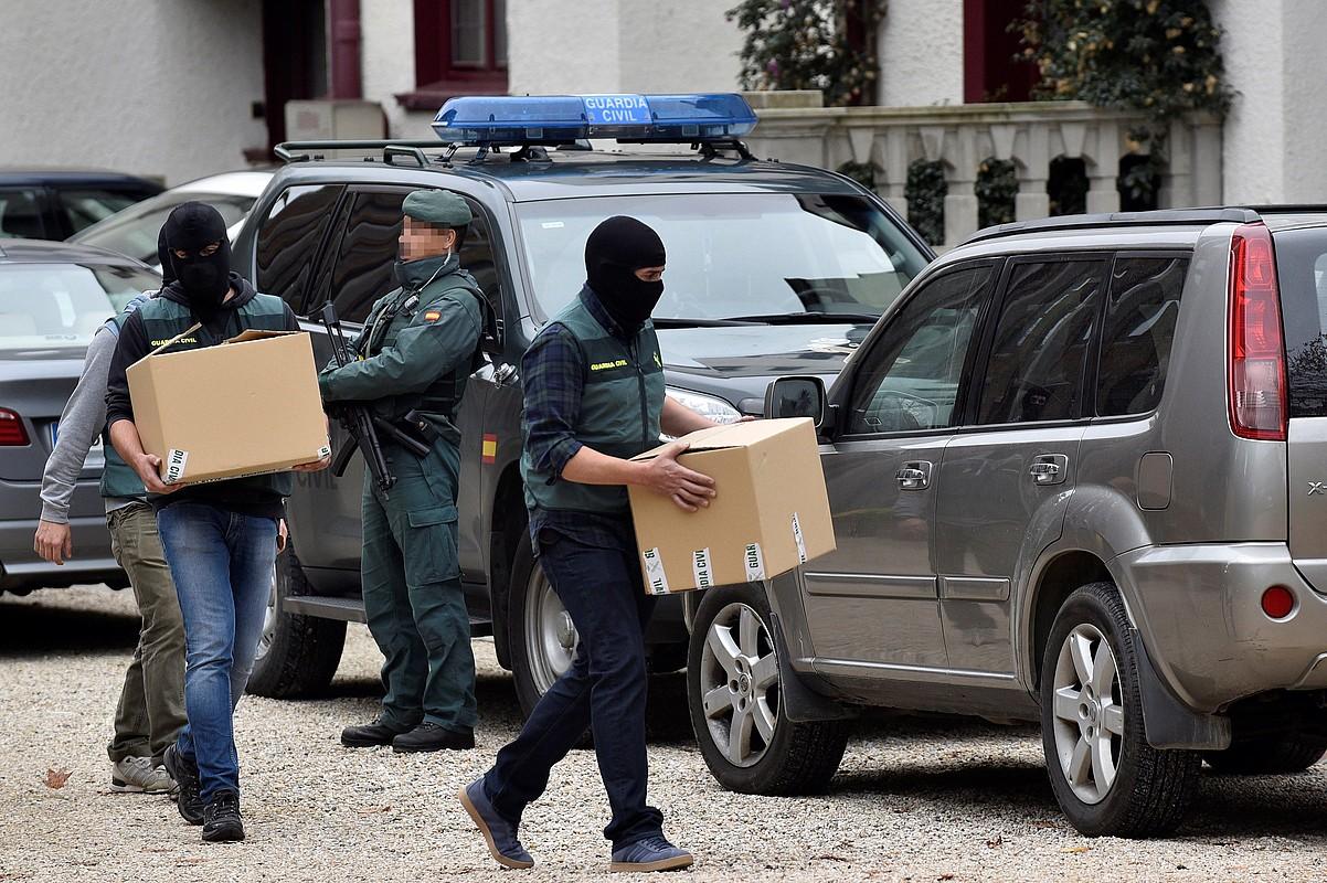 Guardia zibilak, Senerren Getxoko egoitzan, dokumentazioa eskuetan dutela. ©MIGUEL TOÑA / EFE