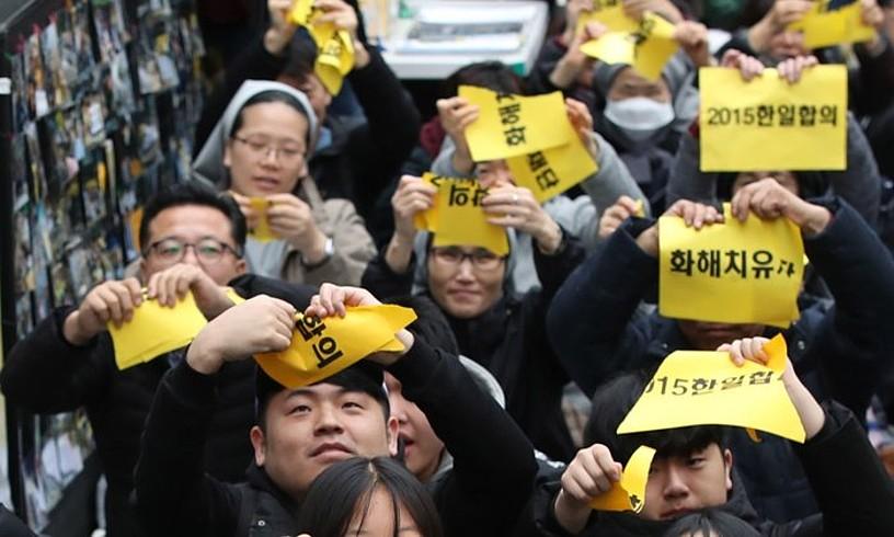 Herritarrak itunaren aurka manifestatu ziren 2015ean, Seulen. ©YONHAP / EFE