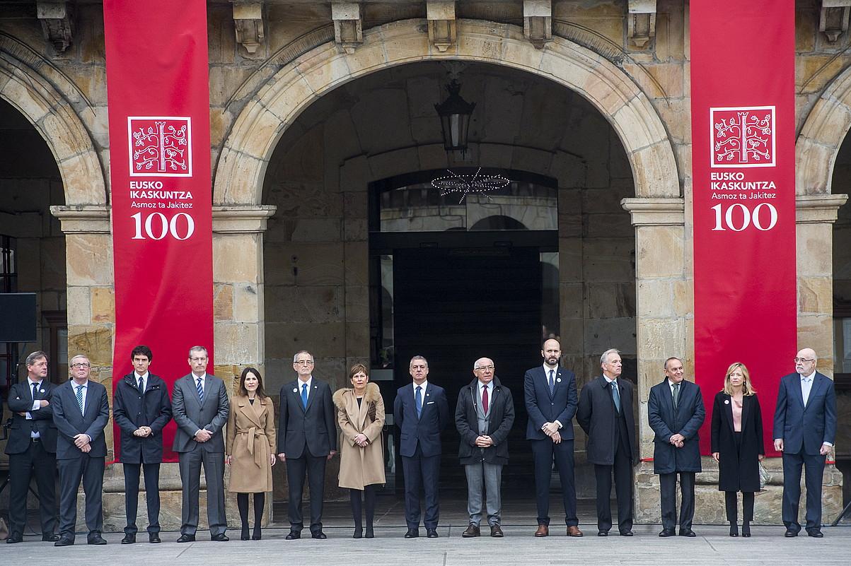 Euskal Herriko agintari politiko nagusiak eta Eusko Ikaskuntzako ordezkariak, atzo, Oñatiko udaletxe plazan.