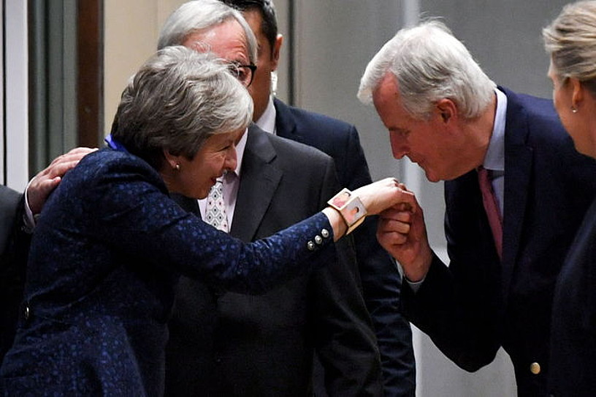 Barnier EBren 'brexit'-erako negozitzailea May agurtzen atzo Bruselan. Atzean dago Juncker.