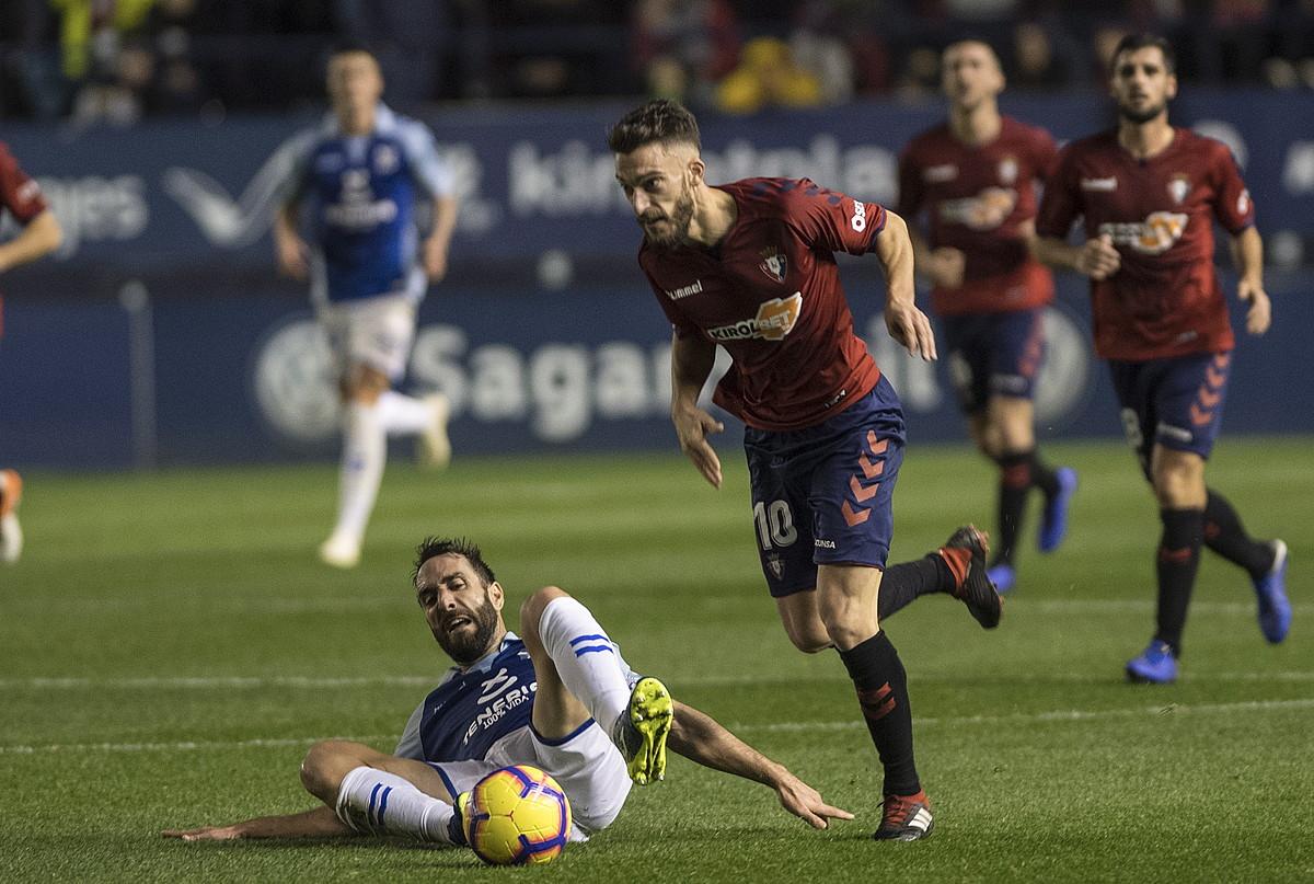 Osasunako Roberto Torres, baloiarekin, aurreko jardunaldian Teneriferen aurka jokatutako partidan. ©J. MANTEROLA / FOKU