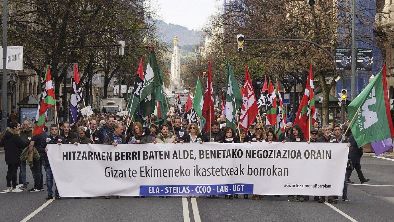 Sindikatuek antolatuta, manifestazio jendetsua egin zuten atzo eguerdian Bilbon. ©MONIKA DEL VALLE / FOKU
