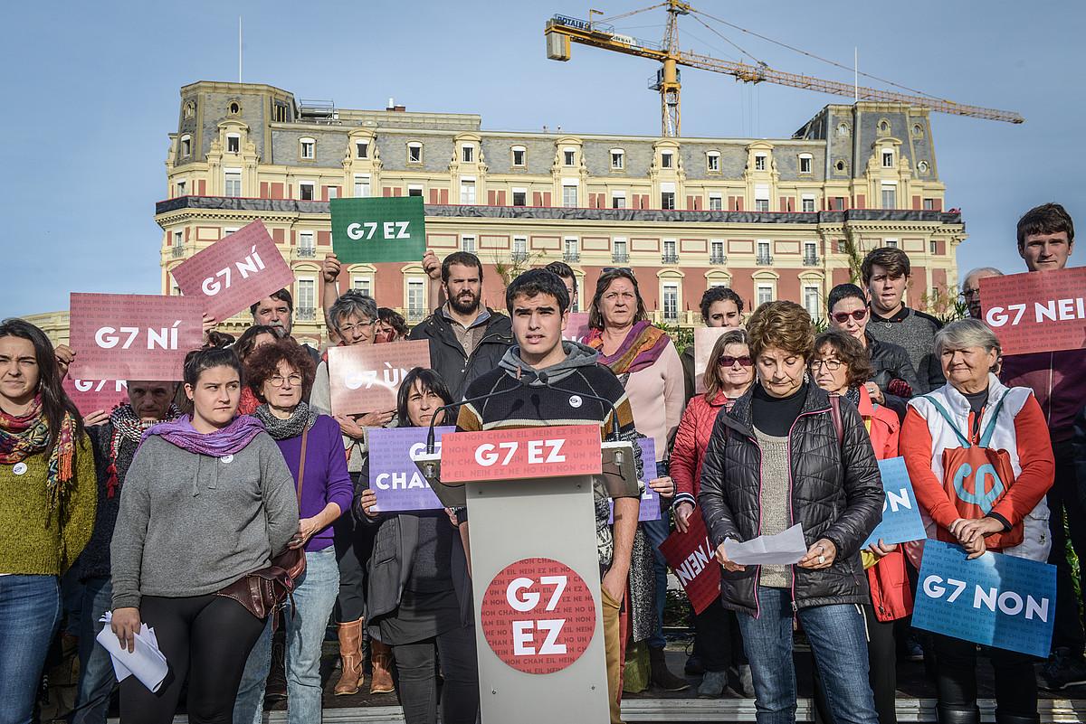 G7aren kontrako plataformako kideak, atzo, Miarritzen. ©ISABELLE MIQUELESTORENA