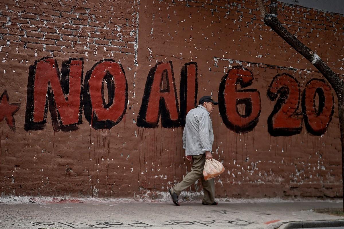 <b>G20koak salatuz.</b> Goi bilera egingo dutela eta, kontrako pintaketak egin dituzte Buenos Airesen. &copy;JUAN IGNACIO RONCORONI / EFE