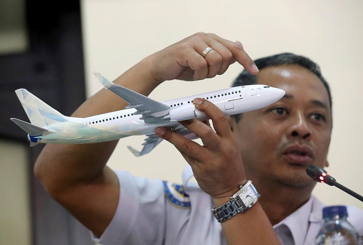 Nurcahyo Utomo ikerketa batzordeko kideetako bat, azalpenak ematen, atzo, Jakartan.