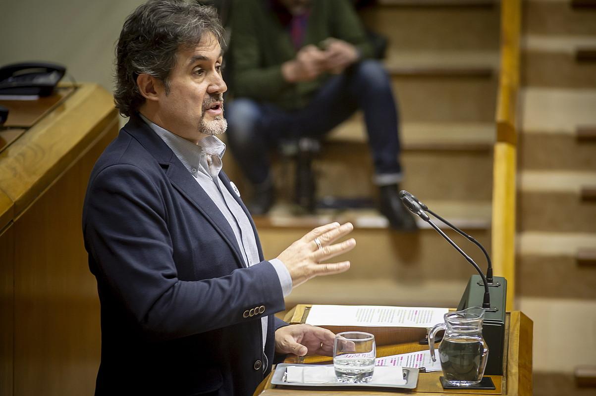 Pello Urizar EH Bilduko legebiltzarkidea, atzo, Eusko Legebiltzarrean, proposamena aurkezten. ©JAIZKI FONTANEDA / FOKU