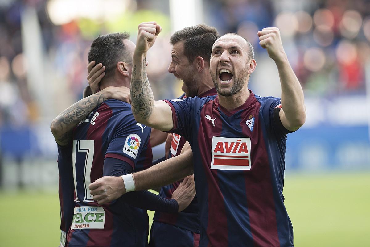 Ivan Ramis, Kike Garciak Real Madrili sartutako gola ospatzen, Eibarrek partida horretan sartutako hirugarrena. ©JUAN CARLOS RUIZ / FOKU
