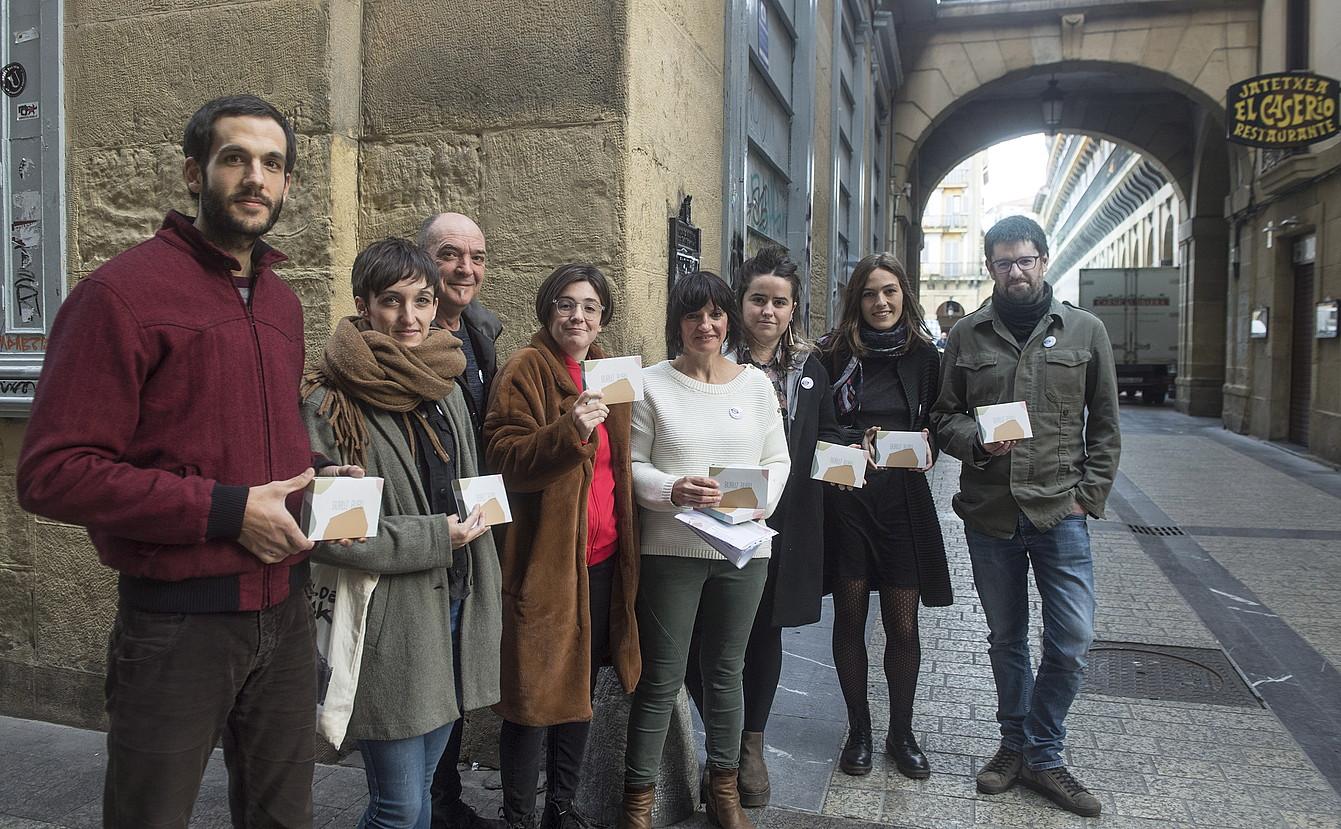 Julio Soto, Uxue Alberdi, Andoni Egaña, Danele Sarriugarte, Marta Agirrezabala, Malen Amenabar, Nerea Ibarzabal eta Manex Agirre, atzo, Donostian.