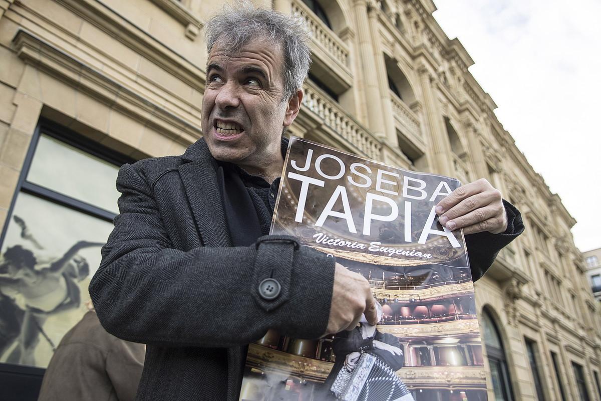 Joseba Tapia Viktoria Eugeniako kontzertuko kartela eskuan, atzo, Donostian. ©JAGOBA MANTEROLA / FOKU