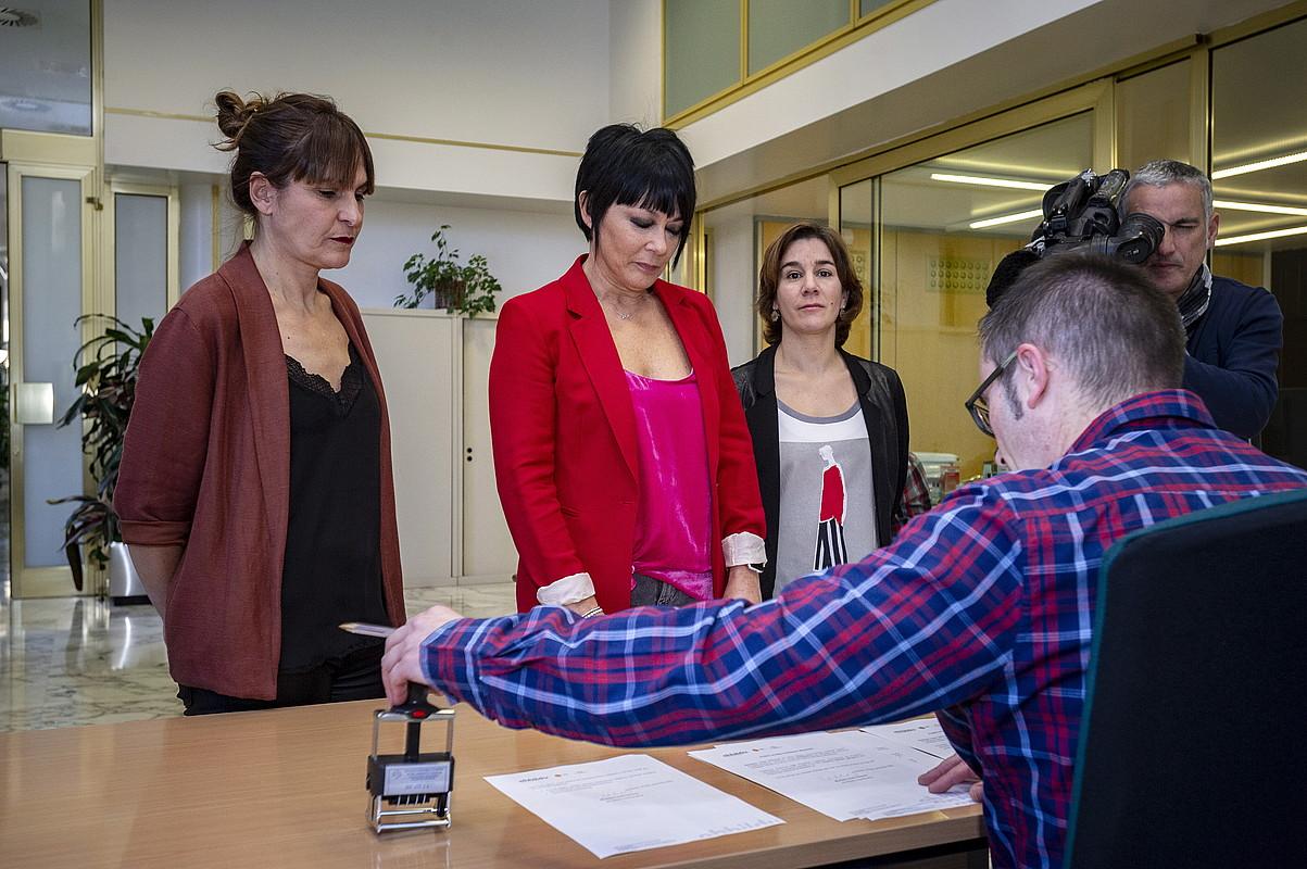 Nerea Kortajarena, Maddalen Iriarte eta Leire Pinedo EH Bilduko legebiltzarkideak, atzo, erregistroan. ©JAIZKI FONTANEDA / FOKU