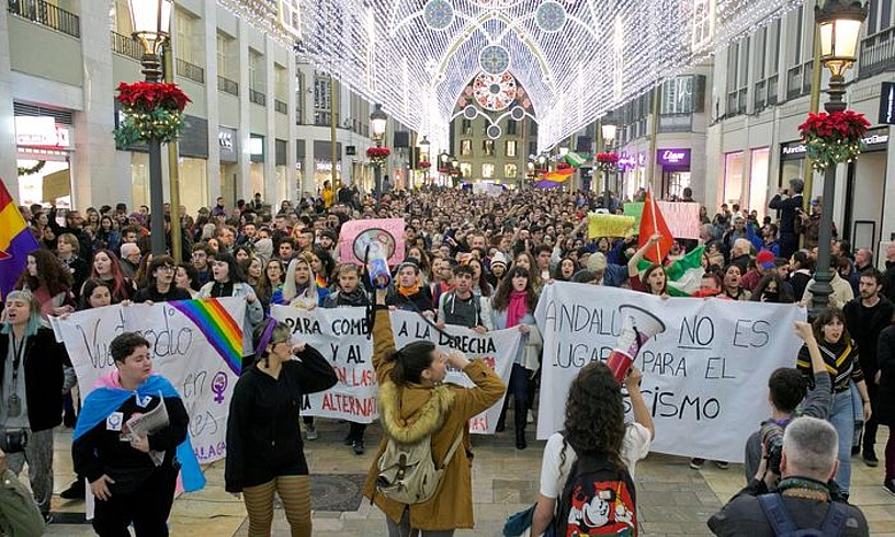 Voxen aurkako manifestazioak egin zituzten atzo gauean Andaluziako hainbat hiritan. Irudian, ikasleek Malagan egindakoa. ©ALVARO CABRERA/ EFE