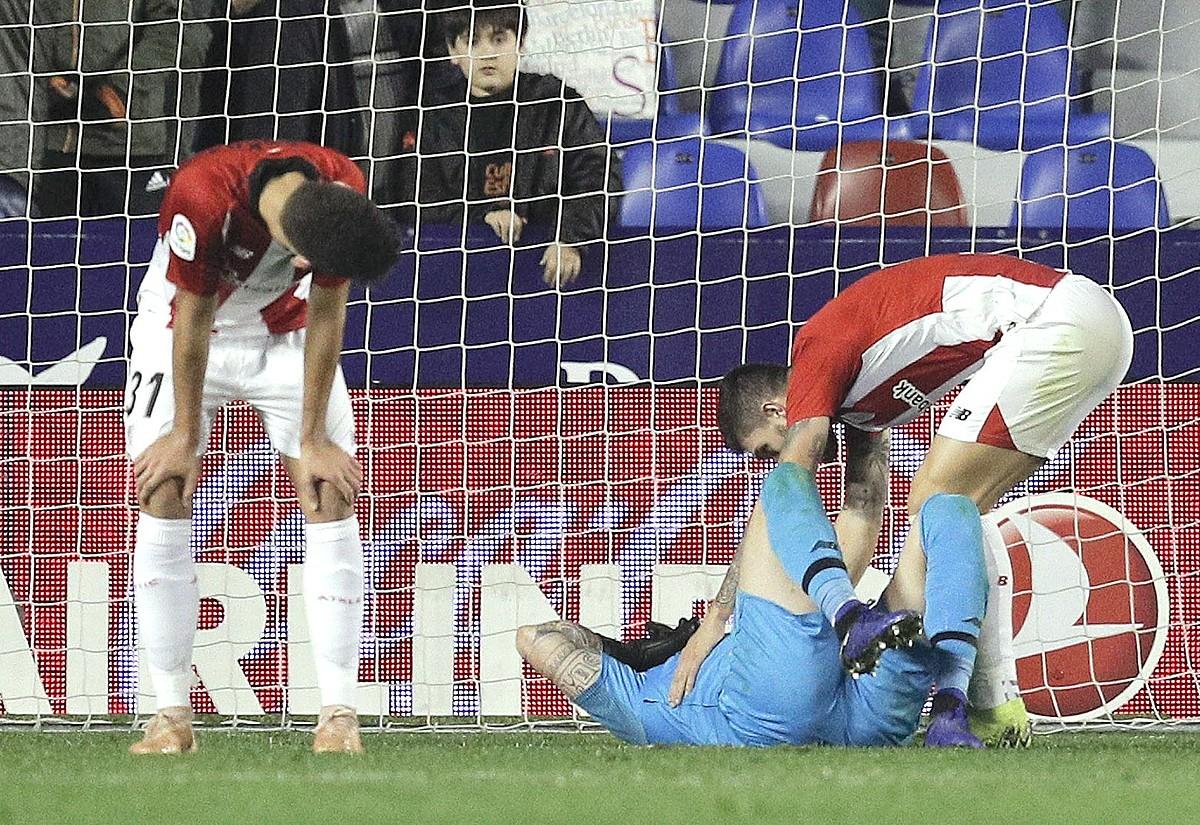 Iago Herrerin Athleticeko atezaina lurrean etzanda, atzoko partidako hirugarren gola jaso ondoren. ©KAI FORSTERLING / EFE