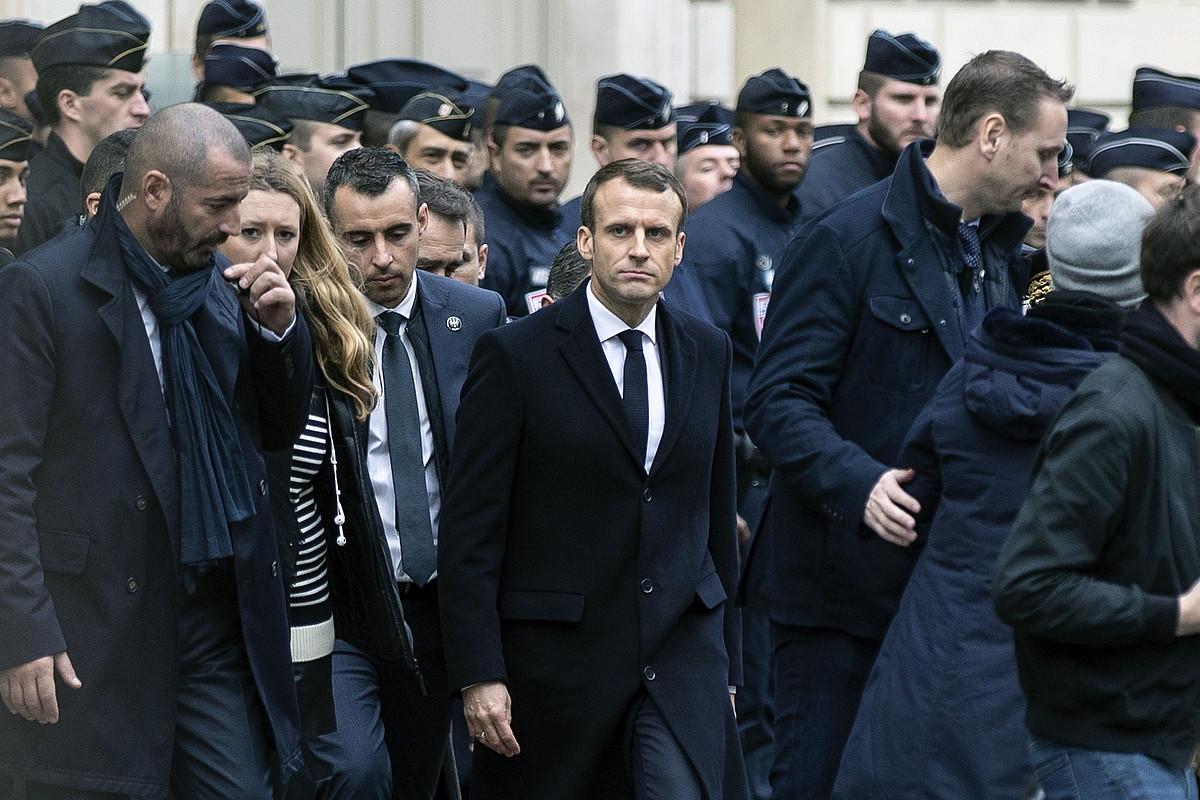 Emmanuel Macron poliziaz inguratua, igandean, Parisen.